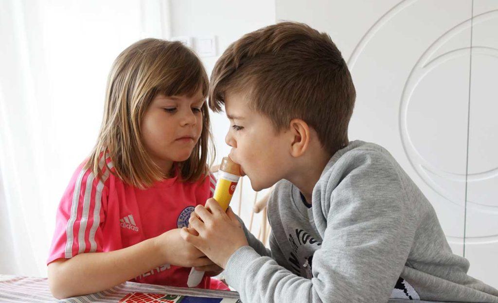 Syskonkärlek? Eller kanske att båda suktar efter att få äta upp hela Trocadero Zero-glassen.
