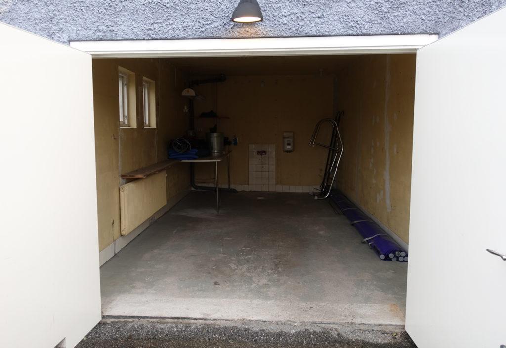 Så här såg garaget ut samma dag som vi flyttade in i villan. Men några timmar senare började förvandlingen.