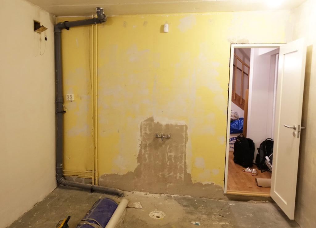 Här är dörröppningen på plats i hemmagymmet samt att kaklet runt kranen är borta.