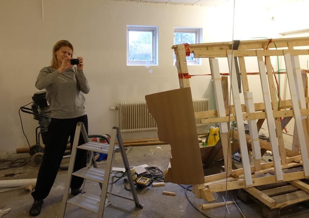 Nu är väggarna vita och den stora spegeln är på plats. Resterna från dess transport tar just nu upp stora delar av rummet ... men snart transporteras det bort.