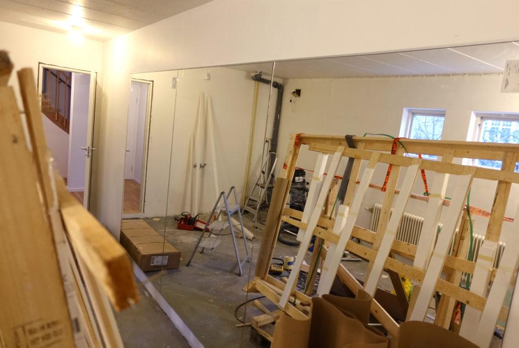 Här ser vi spegeln! Inte helt enkel att montera på väggen, men jag är sjukt nöjd över resultatet!