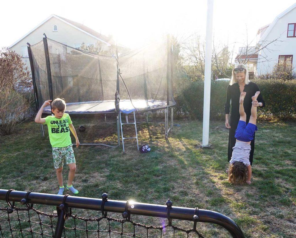 Aktiv lek i trädgården i helgen.