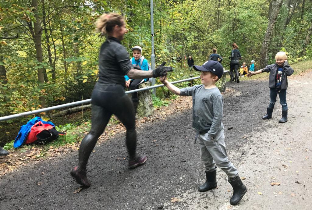 På väg mot mål har asfalten bytt färg ... och barn som hejade på ville få lera på sina händer.