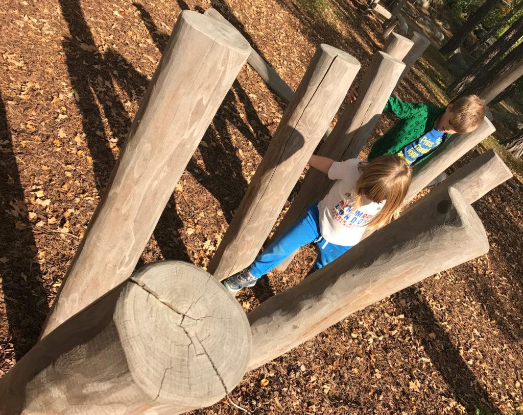 Mina barn älskar hinderbanor, då leker de Gladiatorerna.