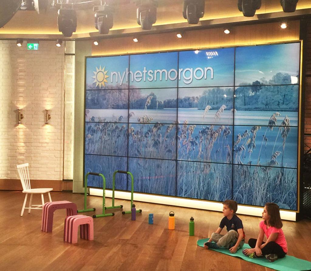 Barnen får vara tysta under nyhetssändningen, men strax därefter blev det fullt ös i studion.