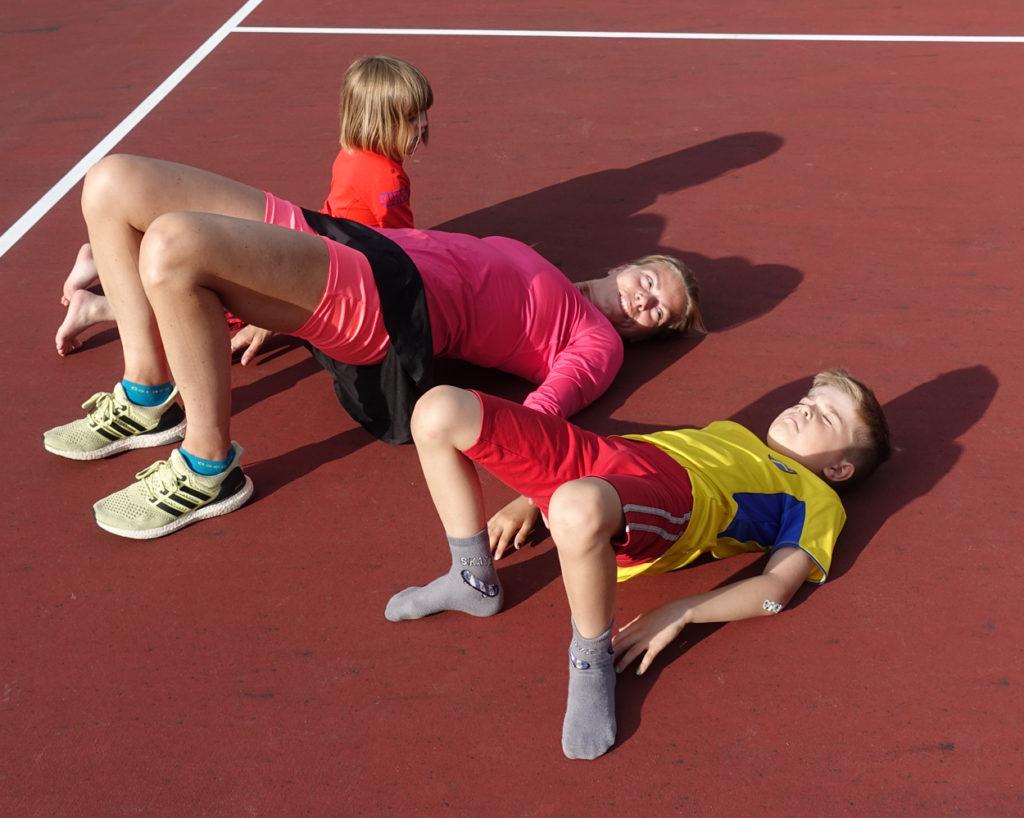 Höftlyft funkar även fint för barnen att vara med på.