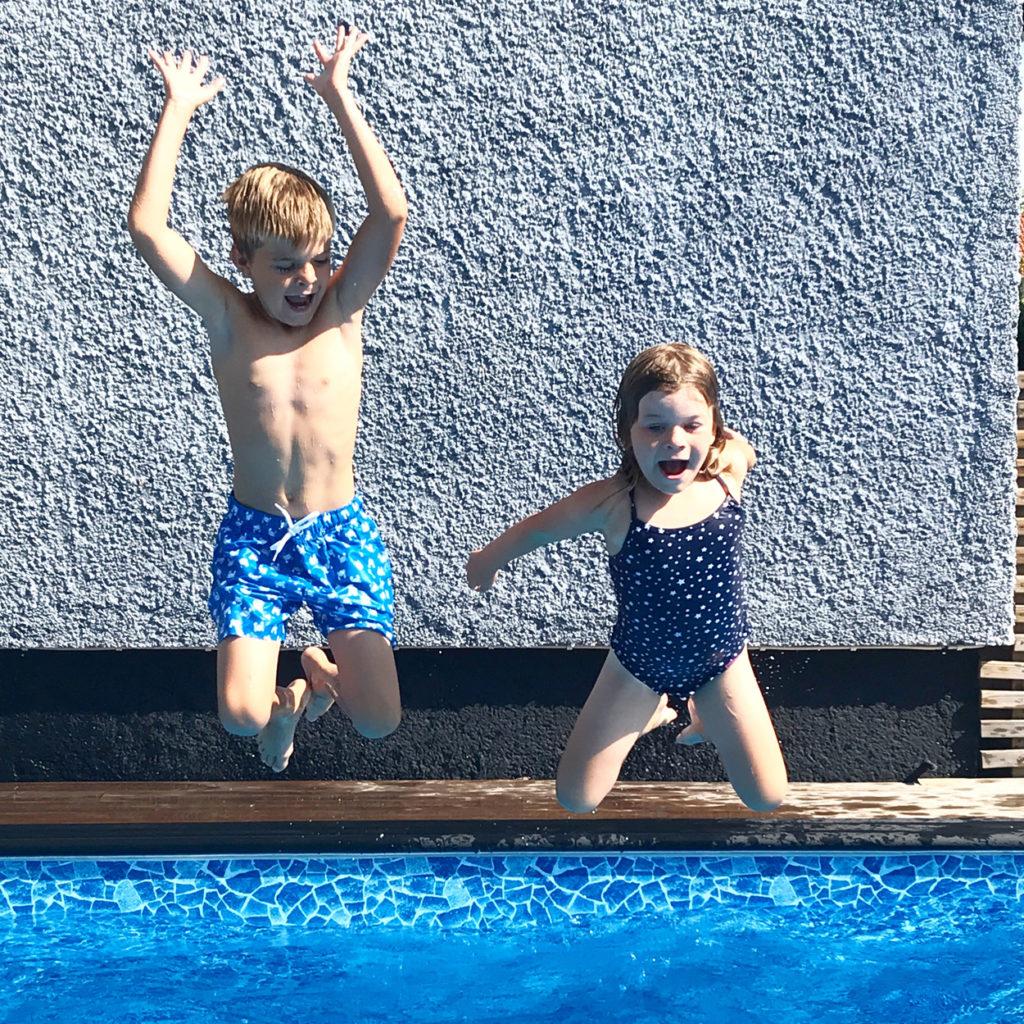 Ett hopp i poolen efter träningspasset - det älskar både jag och barnen!