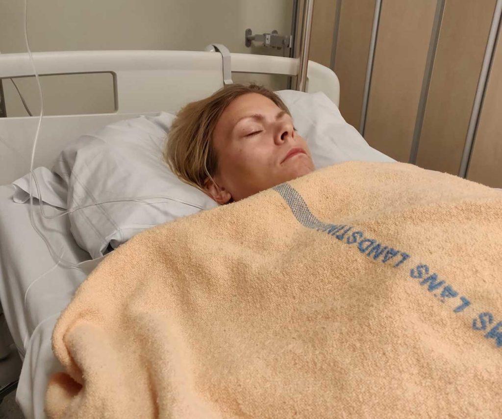Jag ligger på uppvaket efter operationen.