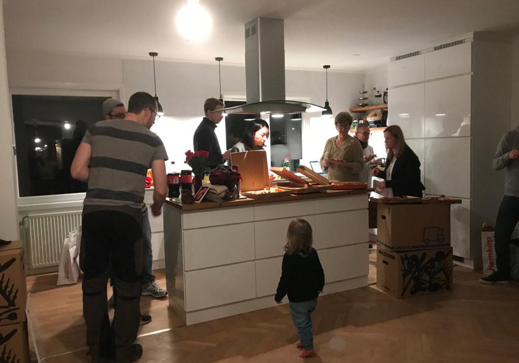 Pizza och skål för nya huset!