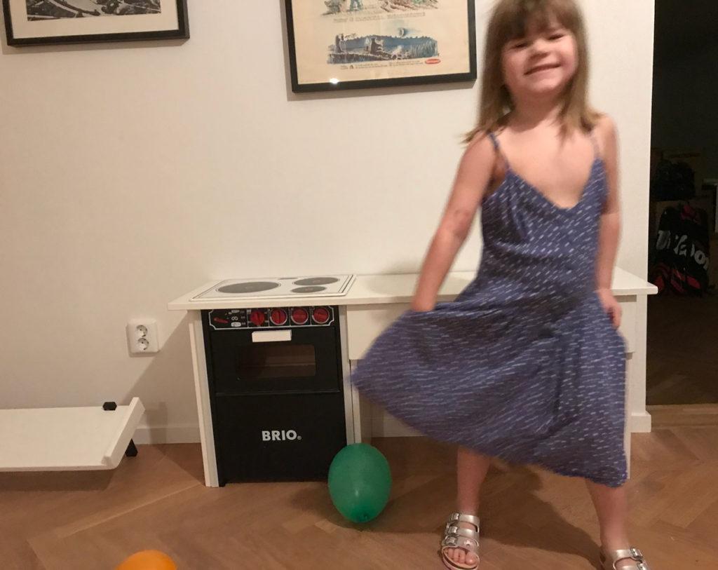 Glad och sprallig 5-åring som precis fått nytt kök (ihopbyggt av min grymma kollega Fredrik).