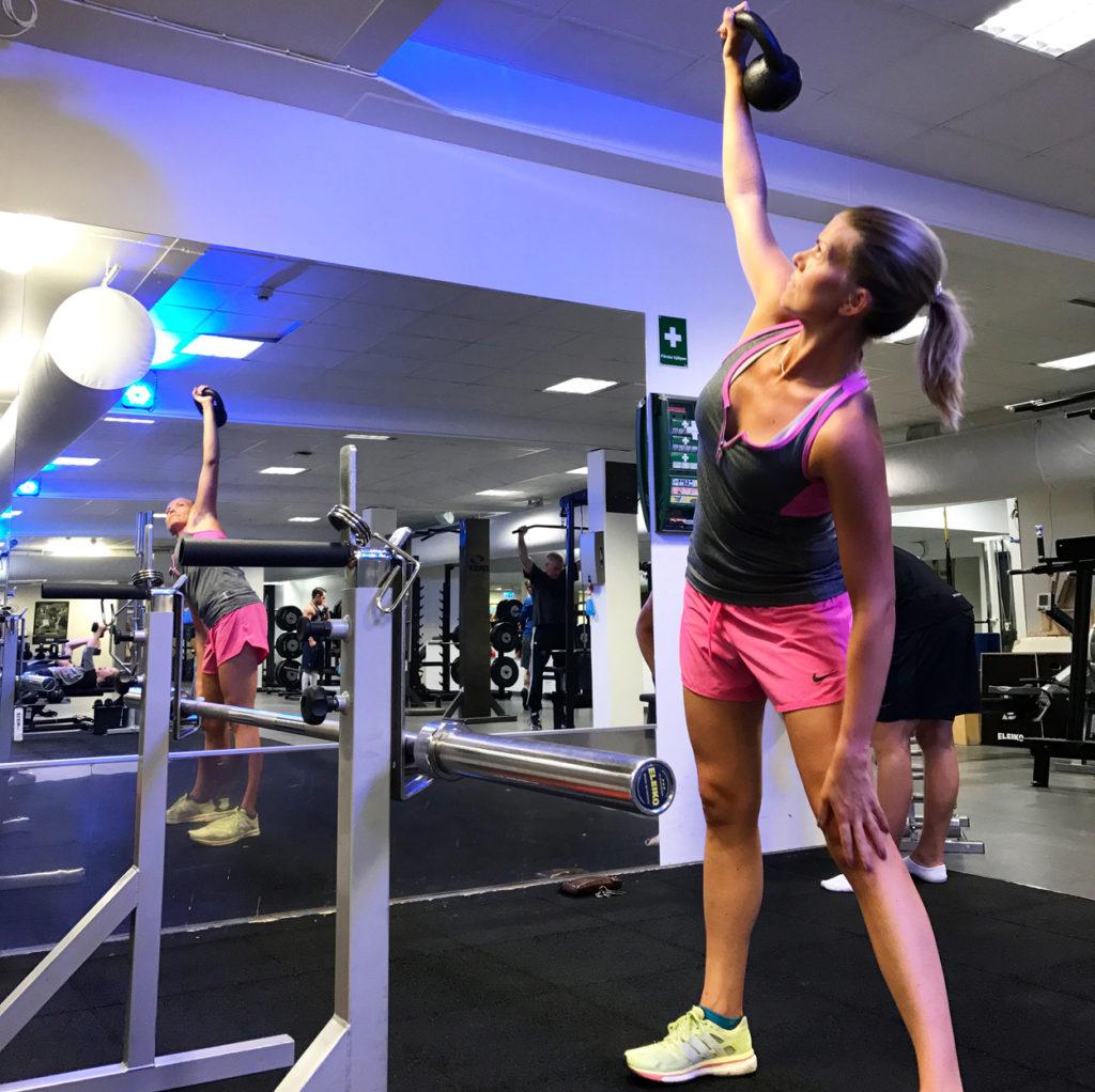 Styrketräning i gymmet - körde mest med stång, men blev även en del stabiliserande övningar med kettlebell.