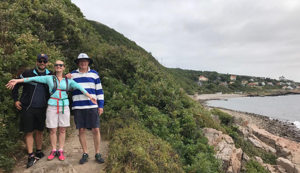 På vandring med maken, farbror samt hans fru. Det var mulet när vi startade, men några minuter senare var himlen klarblå.