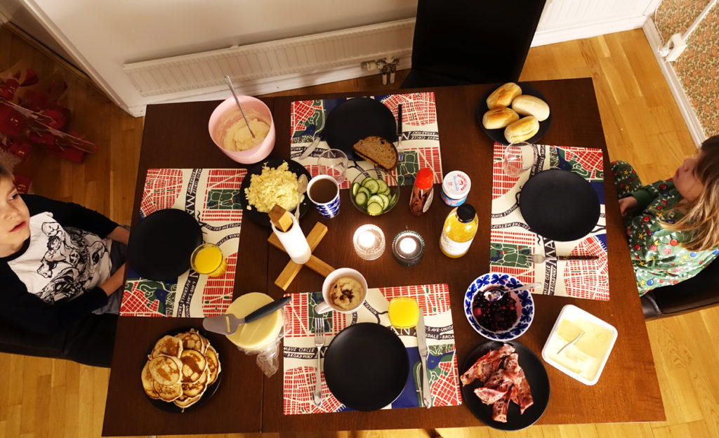 Lyxig lördagsfrukost med amerikanska pannkakor, äggröra, bacon och smörgåsar.