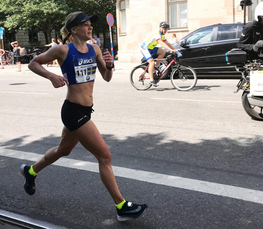 Coola starka Mikaela Larsson som vann, här är hon på Strandvägen några kilometer innan mål.