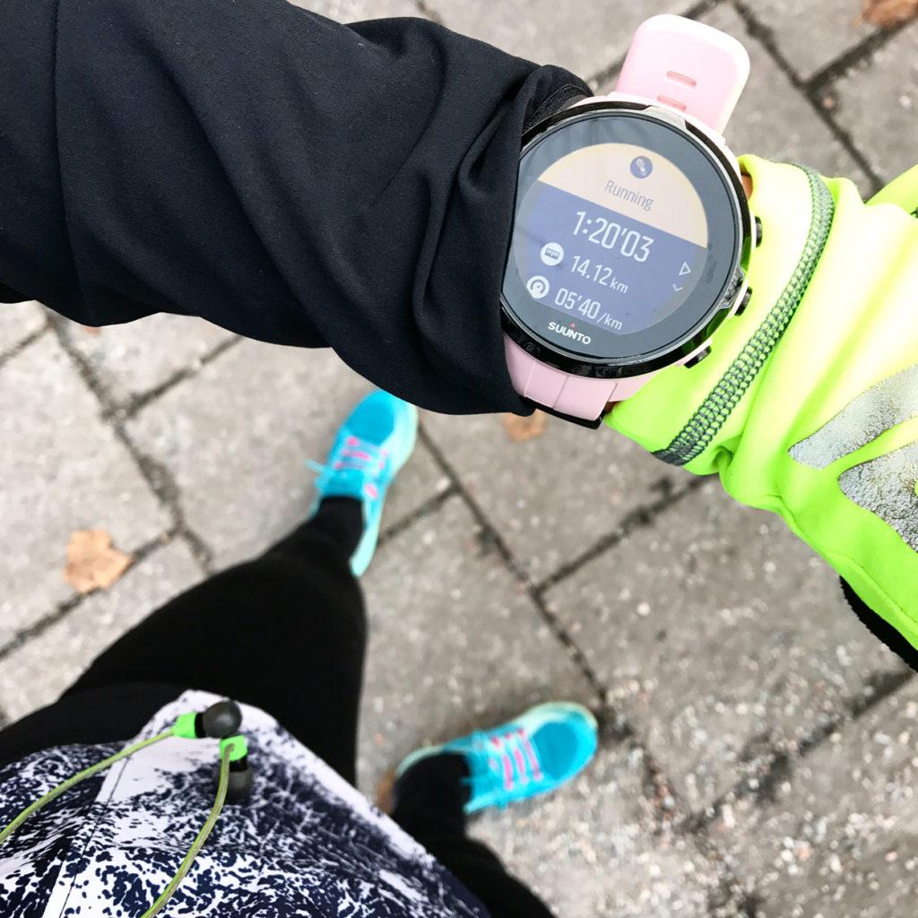 Älskar känslan av att samla kilometer i kontrollerad fart samt vänja kroppen vid längre sträckor. Men eftersom veckan består av rätt mycket träning tar jag ändå inga extremrundor på helgen.