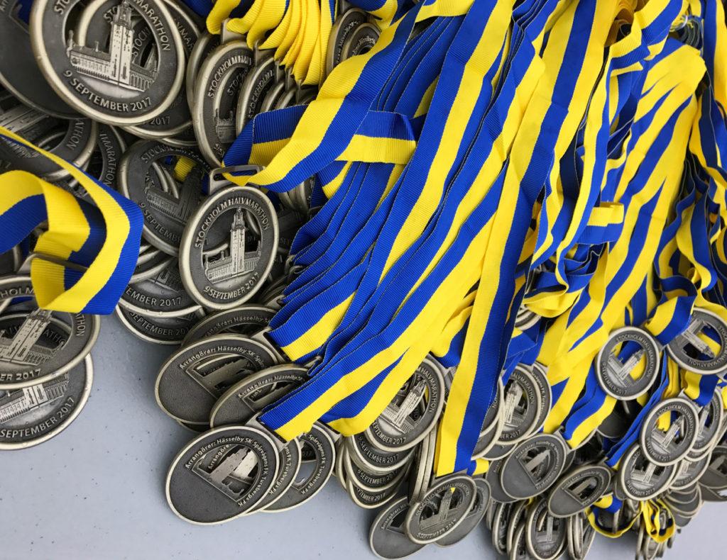Medaljer i väntan på löpare.