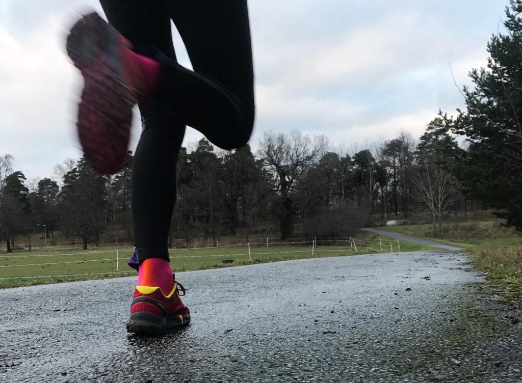 Löpning på blöt asfalt och på leriga skogsstigar.