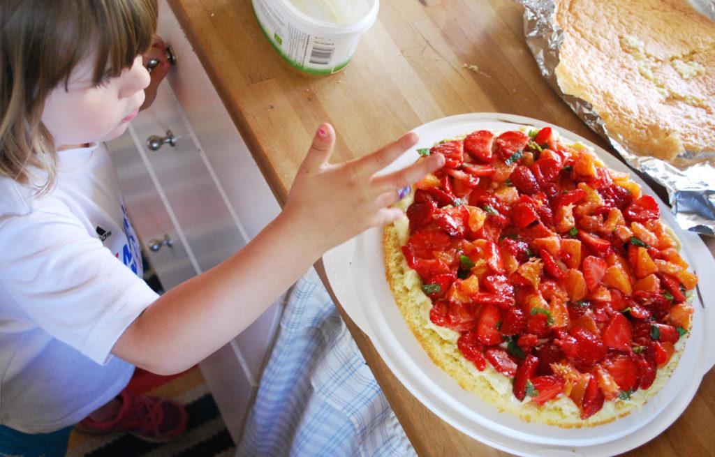 Tilde hjälper mig att provsmaka och baka jordgubbstårta med apelsin och mynta, så gott!