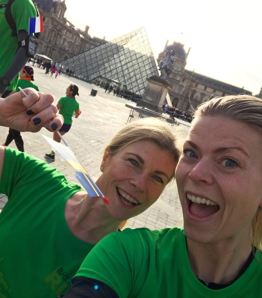 Jag och Kristina framför Louvren.