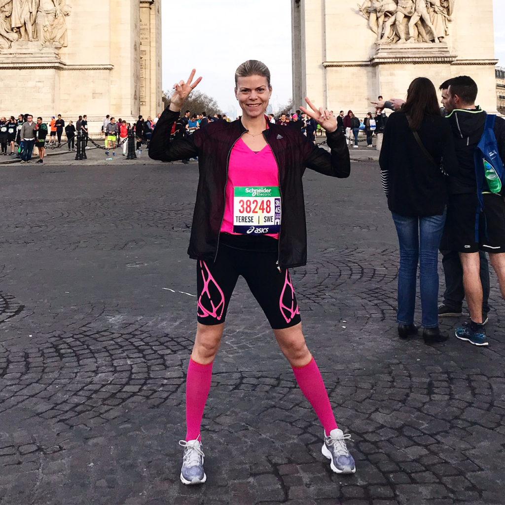 Peppad inför starten av Paris Marathon 2018. Här framför Triumphbågen.