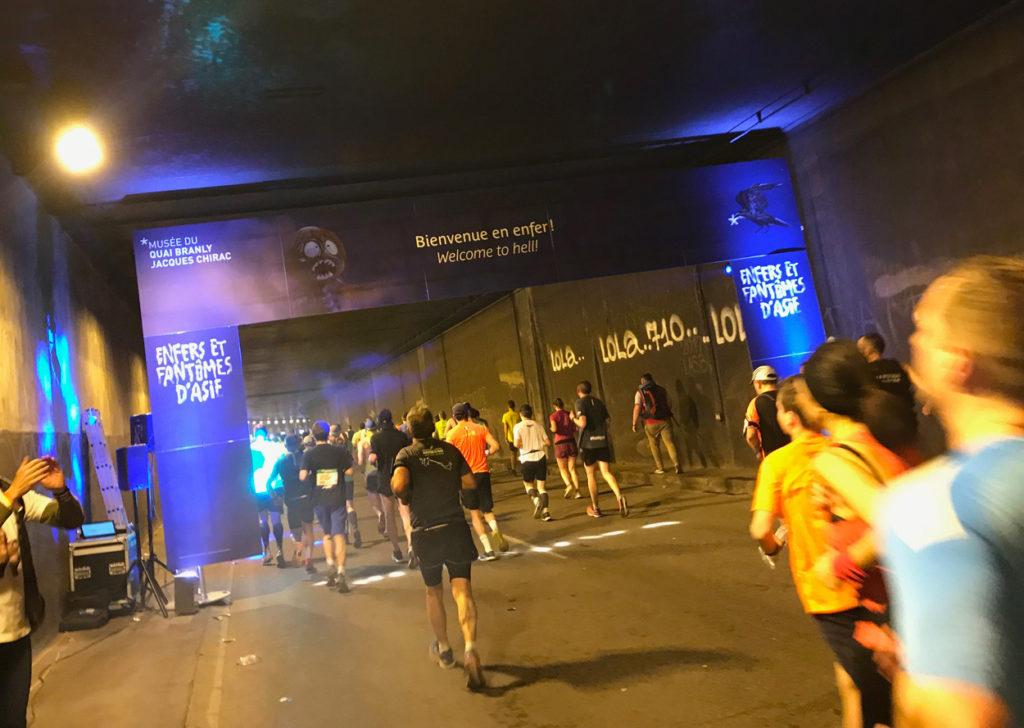 """Passande med texten """"Welcome to hell"""" i en tunnel runt 25 km. Texten fick mig att skratta och påminnas om att jag inte är ensam om att börja få stel kropp vid denna del av banan ..."""