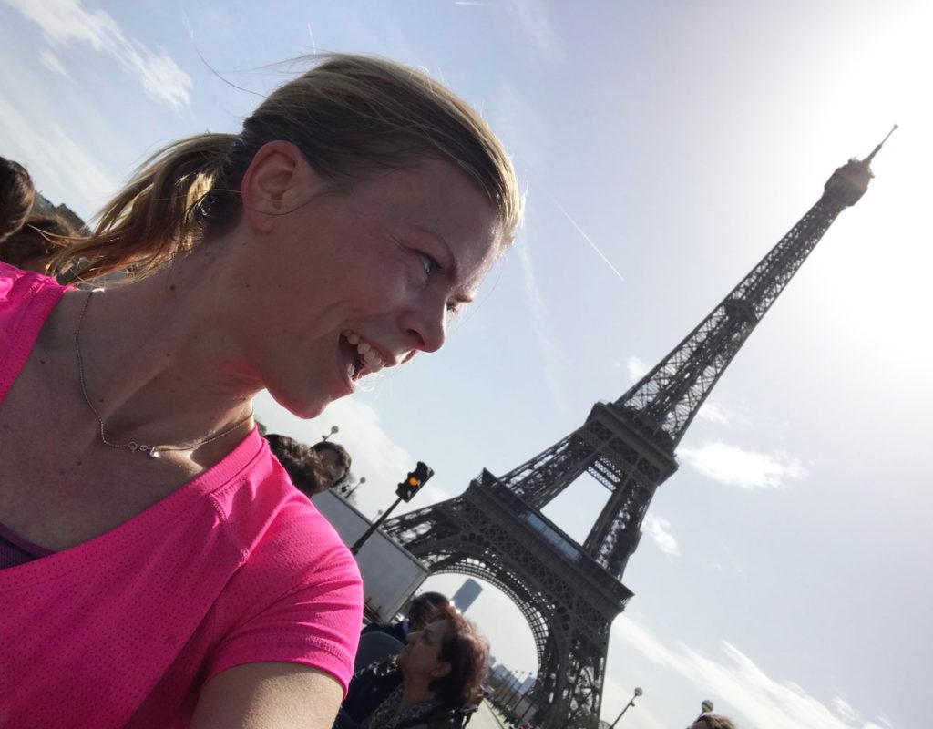 Mitt under Paris Marathon - klart det blev en fotopaus framför Eiffeltornet.