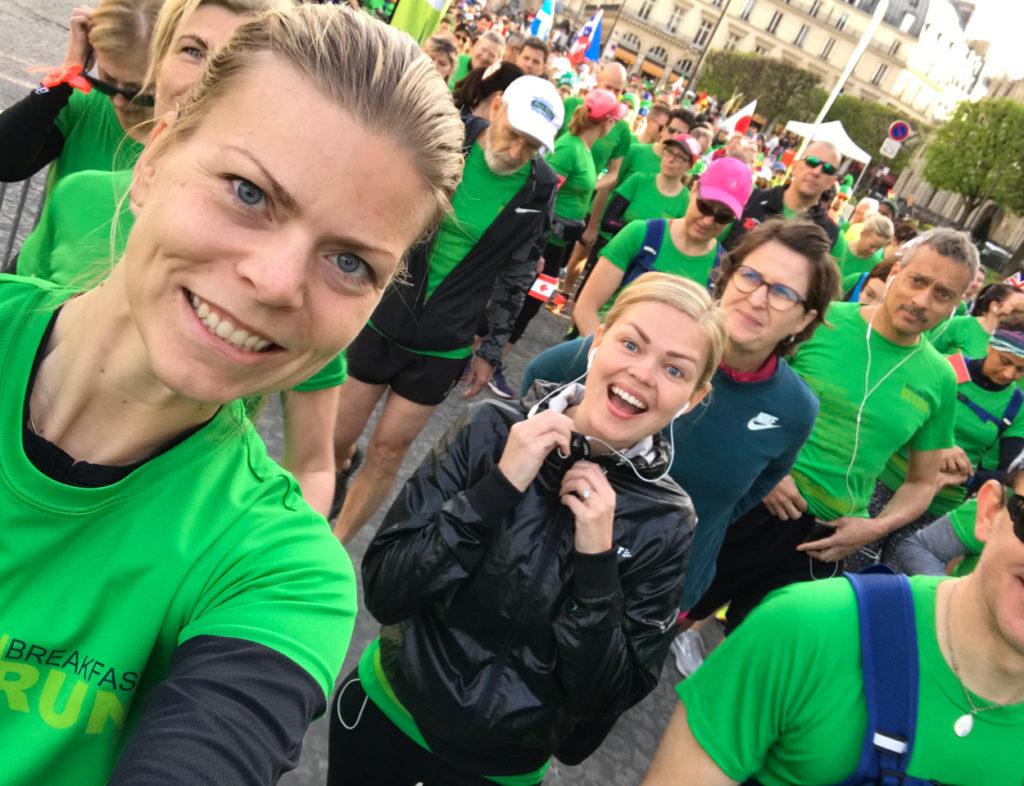 Peppade innan start av Paris Breakfast Run, min kollega Tessan i svart jacka sprang sitt första lopp (!) så bra!