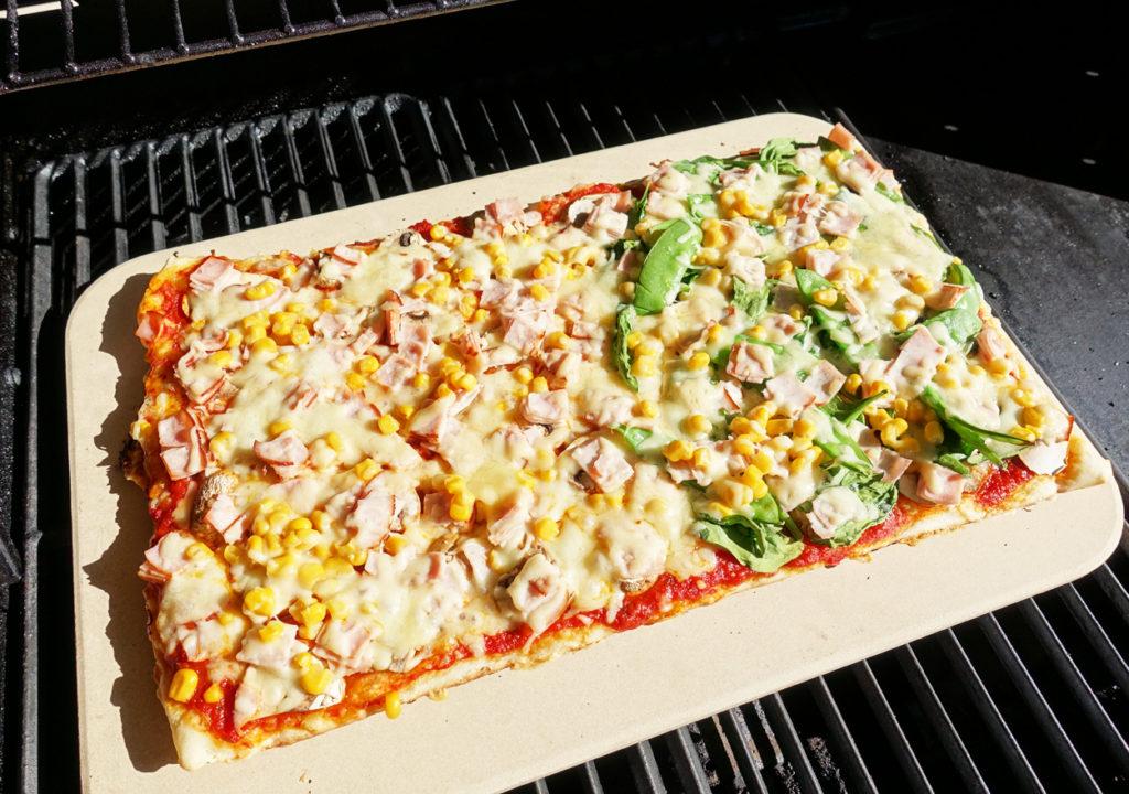 Pizza tillagad på grillen. Så gott!