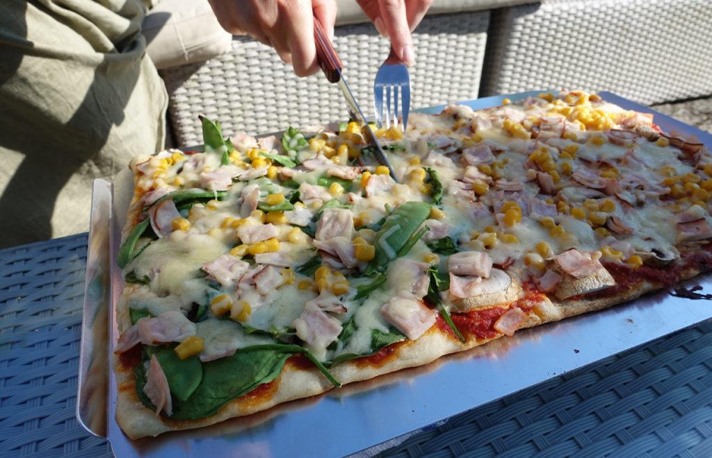 Dags att dela upp pizza till familjen.