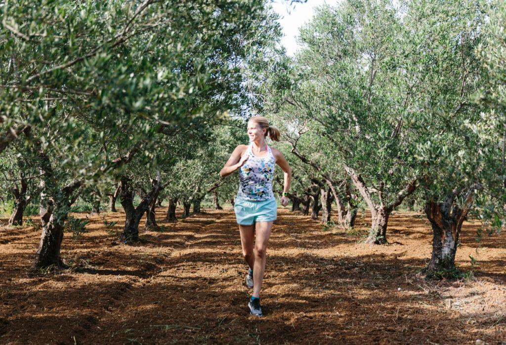 För mig funkar inte prestationsinriktad träning fullt ut, jag går mer igång på upplevelser. Som att springa i ett olivfält. Foto: Jane Haglund