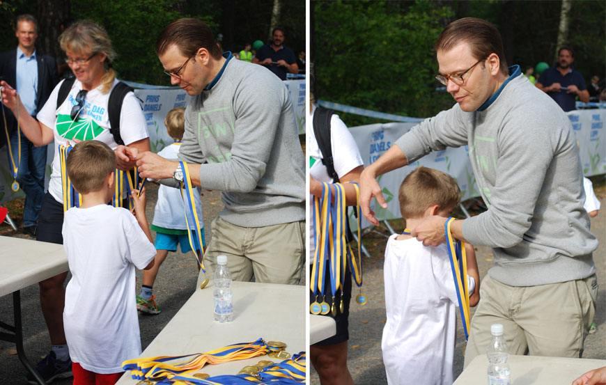 Charles tar emot medalj av Prins Daniel.