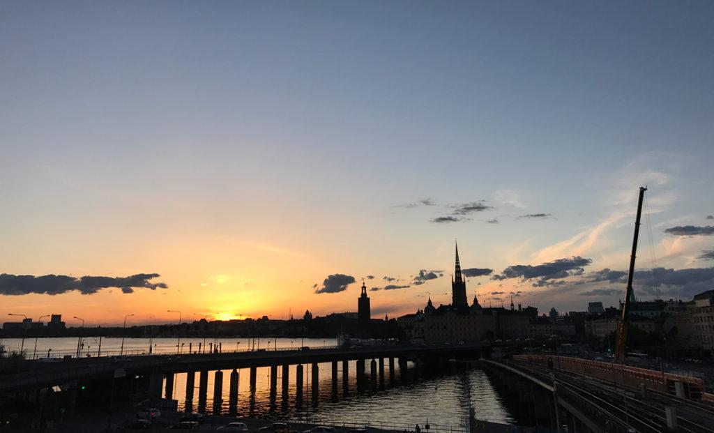 Igår var jag på kickoff med jobbet. Jag passade på att promenera dit (30 min) och promenera hem. Som bonus fick jag se Stockholm i vackert kvällsljus. Något jag hade missat om jag bara sprungit ner i tunnelbanan.