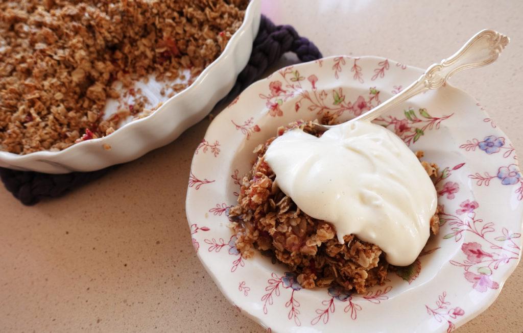 Rabarberpaj med hallon och smuldeg. Serverat med vaniljvisp.