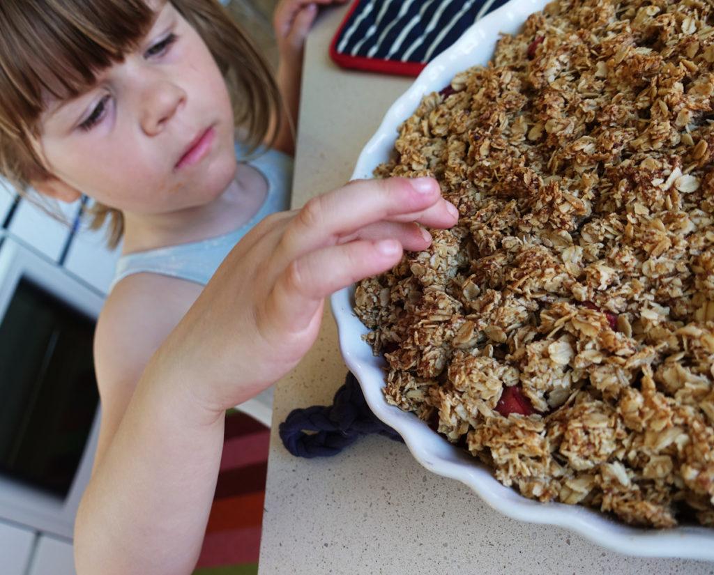 Tilde är snabb på att provsmaka, toppingen går att äta även om den är varm när pajen precis kommit ut ur ugnen.
