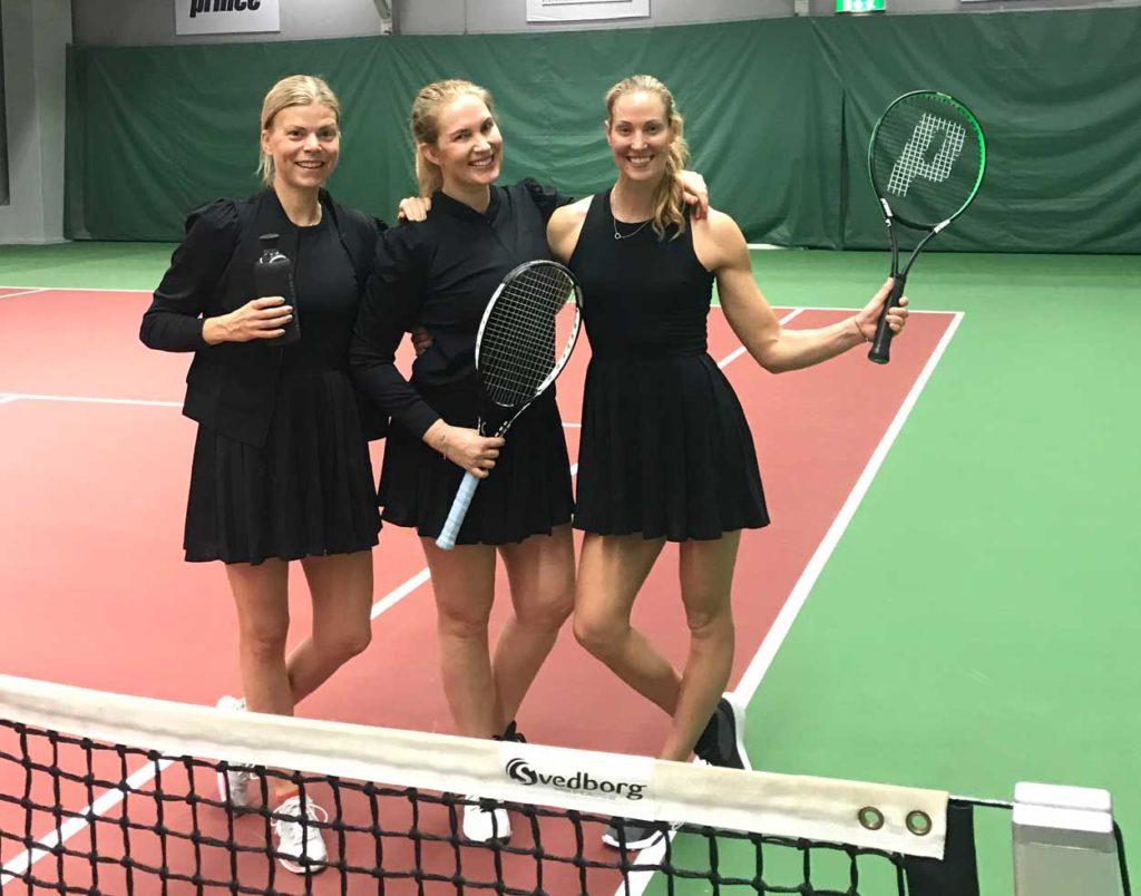 Jag, Ebba och Elin på tennisbanan.