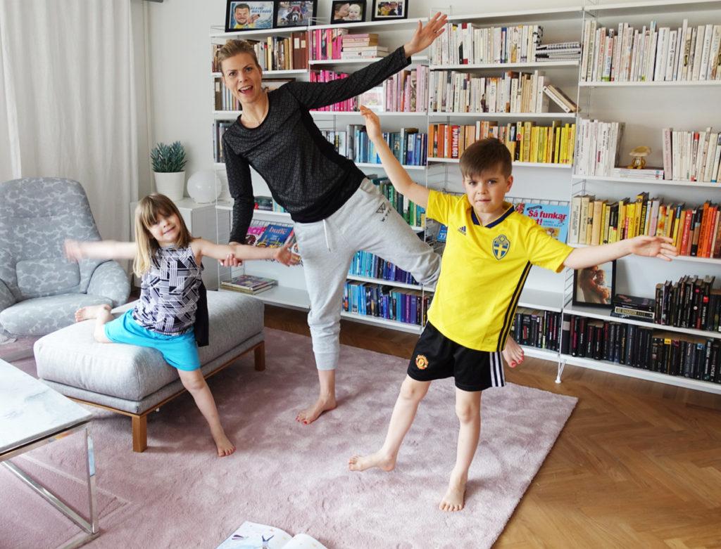 Här gör jag och barnen yogaövningar från Filippa Odevalls barnyogabok.
