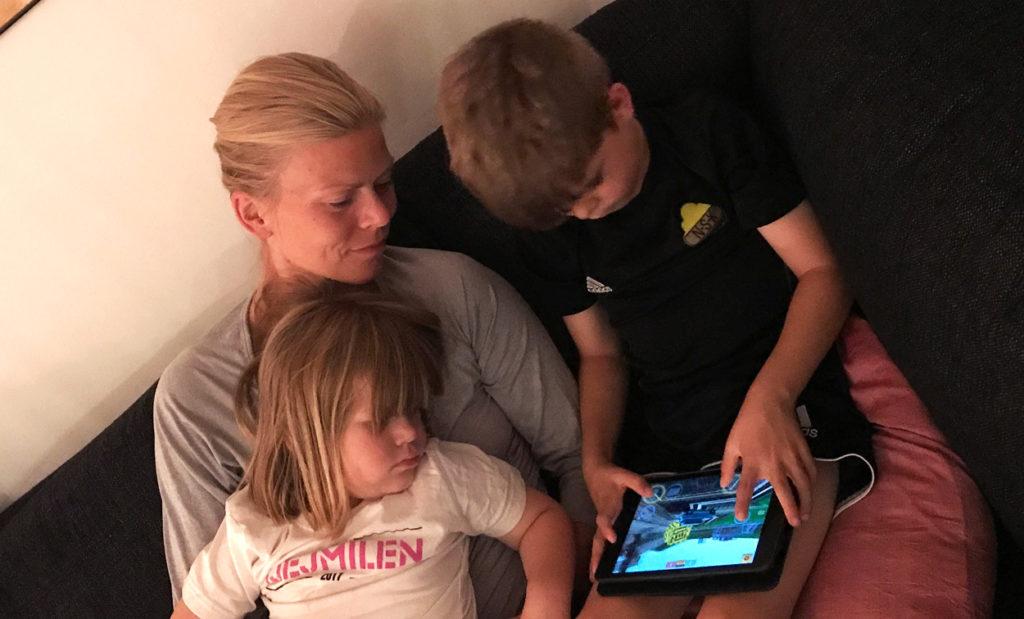 Som vuxen försöker jag vara närvarande och intresserad av vad mina barn gör på skärmen.
