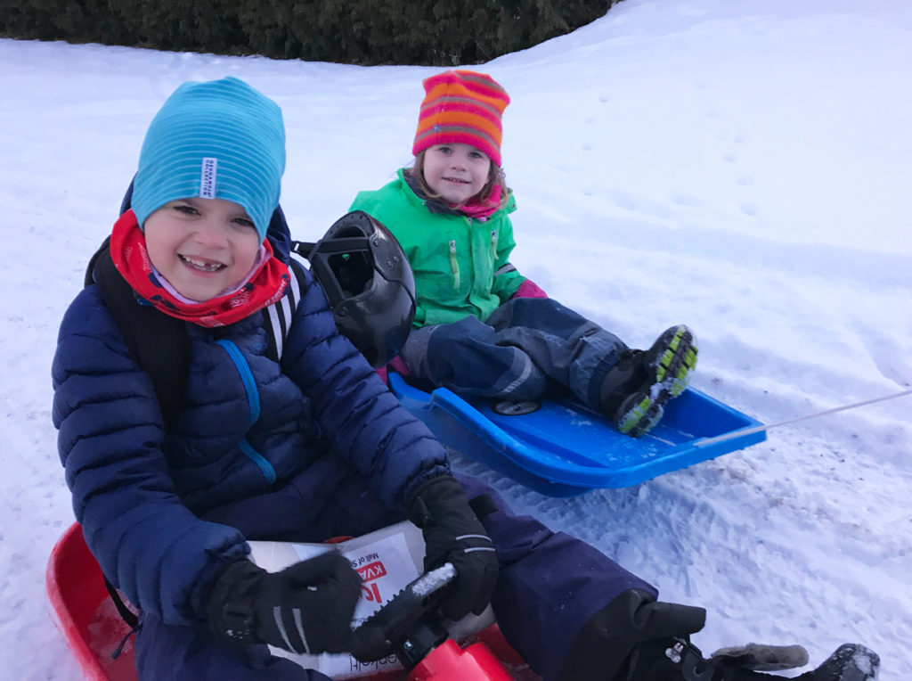 Glada barn som får uppleva rörelseglädje under sportlovet.