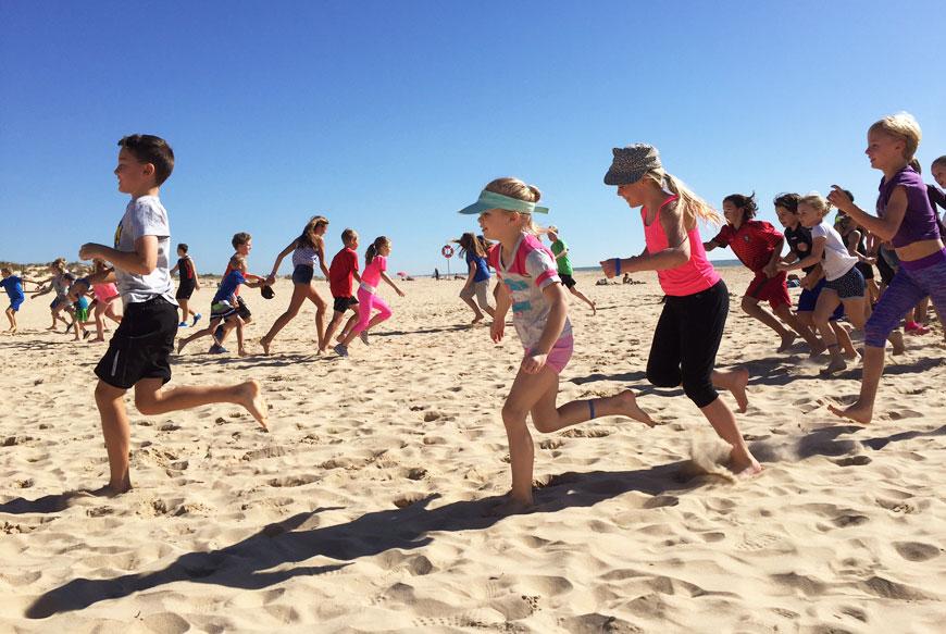Här instruerar jag familjer i ett roligt pass på stranden i Portugal.
