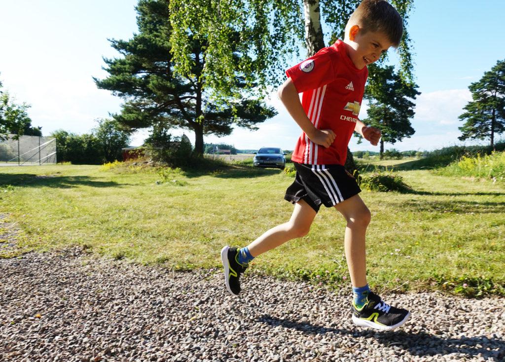 När barnen har spring i benen efter middagen, då leker de Gladiatorerna och springer några varv på grusgången.