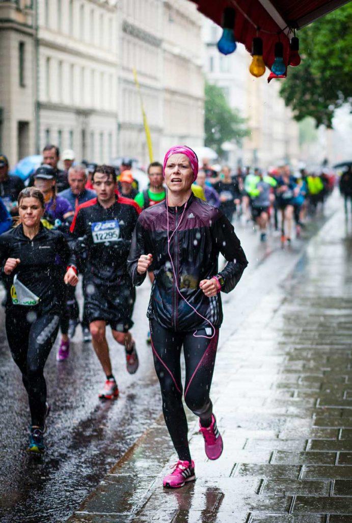 På väg mot mål i ASICS Stockholm Marathon 2015. Foto: Konrad Karlsson.