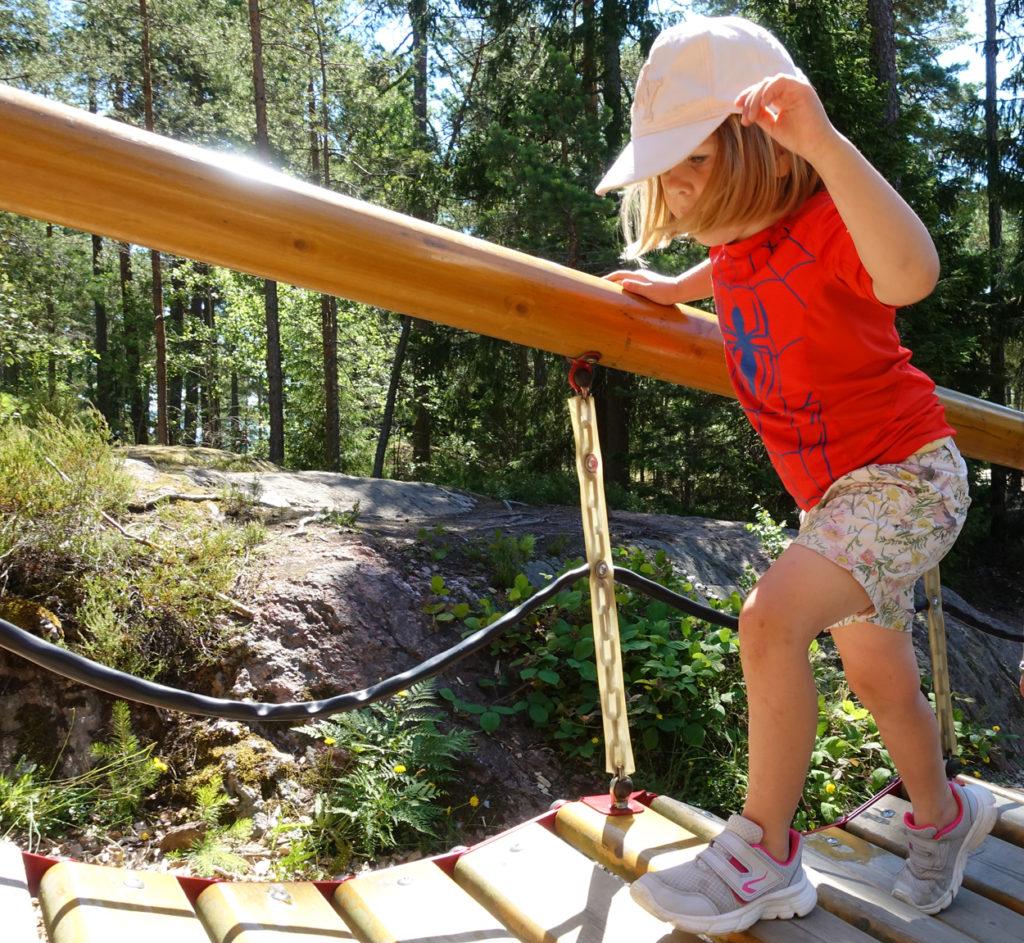 Fyraåringar är stillasittande på helgen. När något så enkelt som en lekplats kan få igång dem.