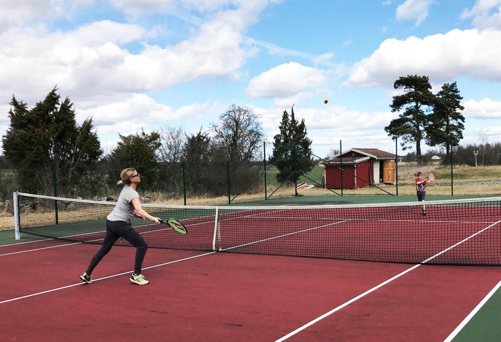 Spontanidrottande på söndagen, en stunds tennis med sonen efter att vi har krattat några timmar.