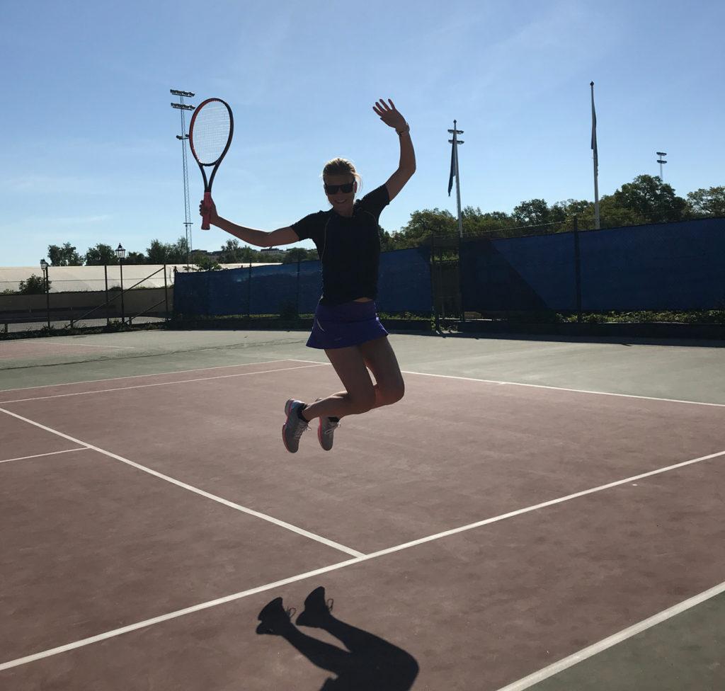 Glad över att spela tennis utomhus!