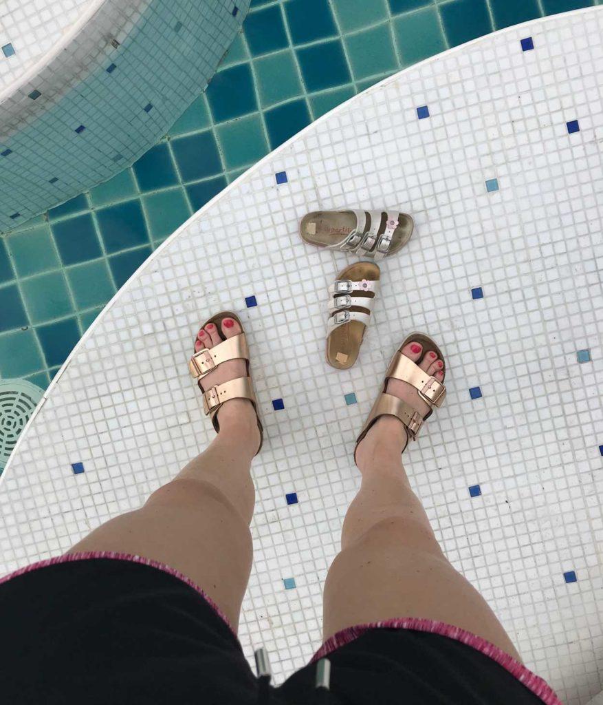 Tilde hoppade snabbt i poolen med mormor. Själv höll jag mig på sidan av.