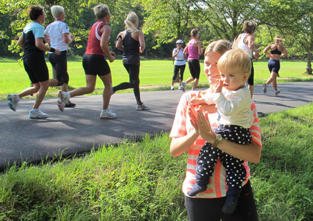 Jag och en väldigt liten Charles hejar fram löpare ute på Djurgården år 2011.