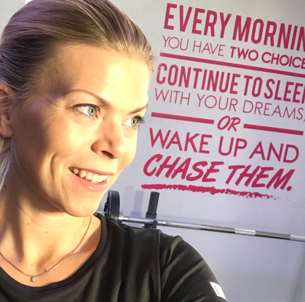 Träningsmotivation - every morning you have two choices, continue to sleep with your dreams or wake up and chase them.