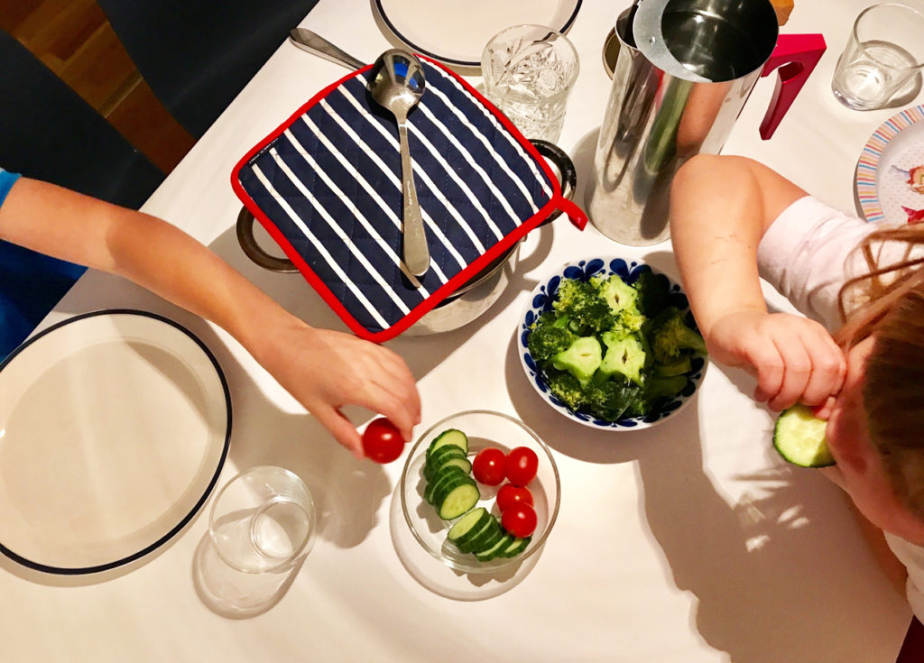 Grönsaker är perfekt för barnen att knapra på innan alla kycklingbullar är stekta.