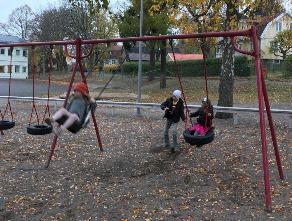 Vardagsmotion: hänga i lekpark.