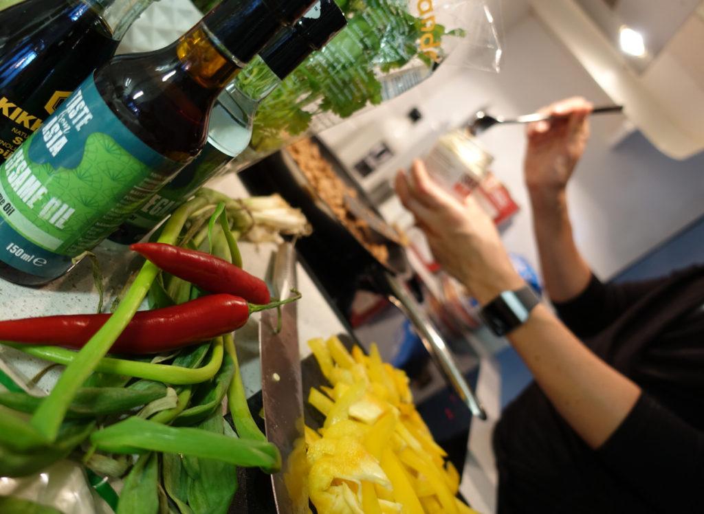 Färgglad matlagning med mycket grönsaker.